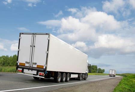 ciężarówka: biaÅ'y wózków na Letnich kraju highway pod bÅ'Ä™kitne niebo, widok z tyÅ'u
