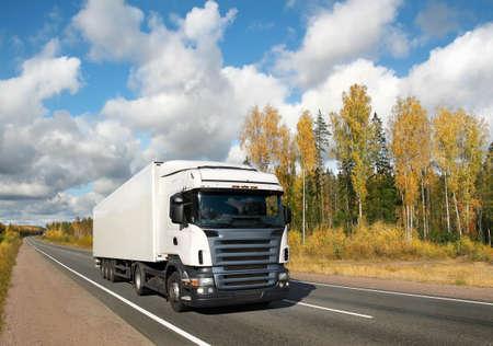 weiße LKW auf Goldene Herbst Land-Autobahn, Landschaft Lizenzfreie Bilder
