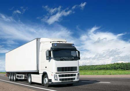 lorry: camion bianco sulla strada estiva paese Archivio Fotografico
