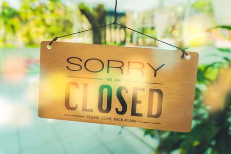 Sorry we are closed sign hang on door at coffee shop. Standard-Bild
