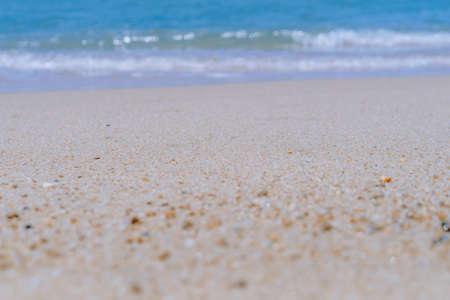 Plage propre de nature tropicale et sable blanc en été avec un ciel bleu clair et un arrière-plan abstrait bokeh.