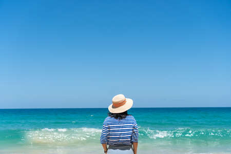 Woman travel around the world with summer beach freedom and relax life concept. 免版税图像 - 155628542