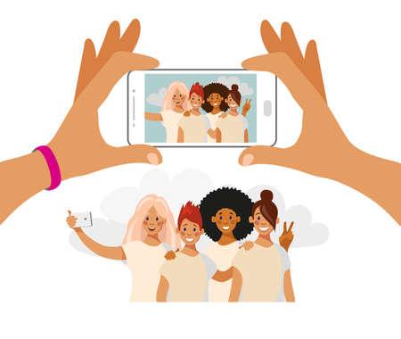 Les filles prennent des photos au téléphone. Un groupe d'amis de différentes nationalités est photographié. Selfie meilleurs amis. Vecteur de dessin animé isolé sur blanc.