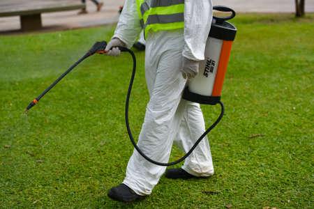 fumigador: Buenos Aires, Argentina - 3 marzo 2016: El empleado del Ministerio de Ambiente y Espacio Público fumiga para mosquitos Aedes aegypti, para evitar la propagación del virus de la fiebre del dengue y zika en el parque.