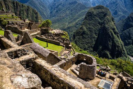 寺の日マチュ ・ ピチュとマチュピチュの失われたインカ都市のビューは、ペルーの歴史的な聖域です。 写真素材