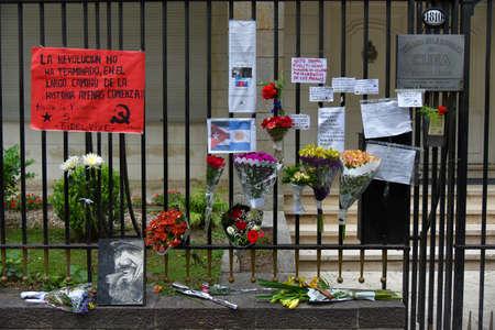 ブエノスアイレス, アルゼンチン - 2016 年 11 月 26 日: 花、ブエノスアイレス、アルゼンチンのキューバ大使館で塀上の標識。 報道画像