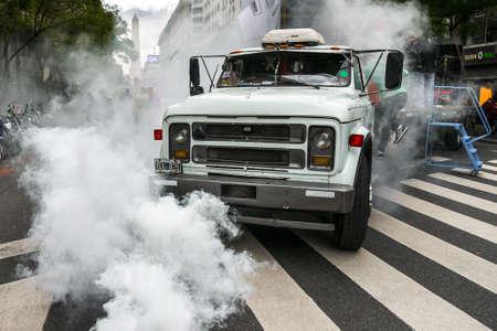 ブエノスアイレス, アルゼンチン - 2016 年 9 月 2 日: 解雇、税の上昇とインフレに対する労働者の労働組合の抗議の間に煙のトラック。 報道画像