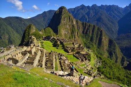 マチュピチュは、ペルーのクスコの近くの失われたインカの都市の眺め。マチュ ・ ピチュは、ペルーの歴史的な聖域です。人々 は、フォア グラウ 写真素材