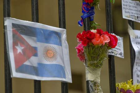 キューバとアルゼンチン、ブエノス ・ アイレス、アルゼンチンのキューバ大使館で塀の上に花のフラグです。