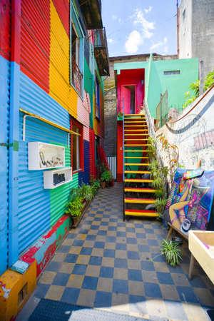 ブエノスアイレス, アルゼンチン - 2016 年 11 月 29 日: カラフルな建物のカミニート通りラ ・ ボカ地区 - ブエノスアイレス、アルゼンチン。