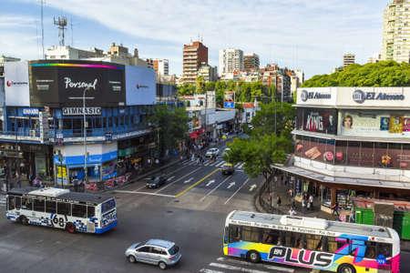 ブエノスアイレス, アルゼンチン - 2016 年 3 月 17 日: バスと歩行者カビルド アベニューの昼間空撮。