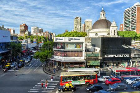 ブエノスアイレス, アルゼンチン - 2016 年 3 月 17 日: 昼間カビルド アベニューとトラフィックの無原罪懐胎の教区のドームの空撮。 報道画像