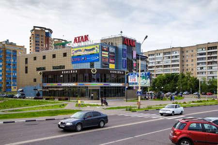 ロシアドゥブナ連合, ロシア連邦 - 2014 年 7 月 11 日: ショッピング複合ショップ Atak と第 2 位の独立系携帯電話小売業者サインセッションシンガーマ 報道画像