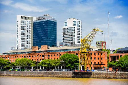 ブエノスアイレス, アルゼンチン - 2017 年 2 月 16 日: プエルト ・ マデロ、ブエノスアイレス、アルゼンチンのウォーター フロントで昼間ビュー。 報道画像