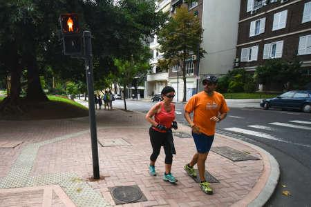 ブエノスアイレス, アルゼンチン - 2017 年 4 月 1 日: 2 人は街の通りをジョギングします。