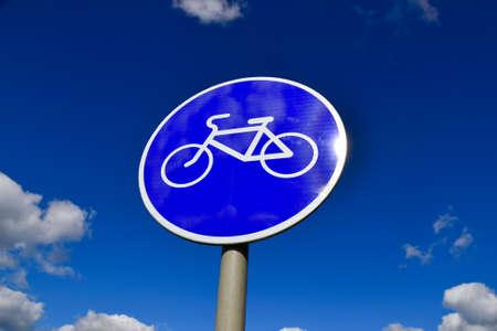青空をバックに自転車道路標識