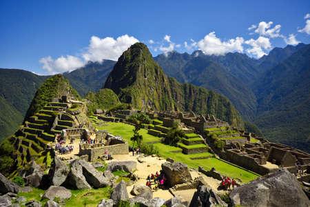 ペルーのクスコ近郊のマチュピチュの失われたインカ市の眺め。マチュピチュはペルーの歴史的保護区です。人は前景で見ることができます。