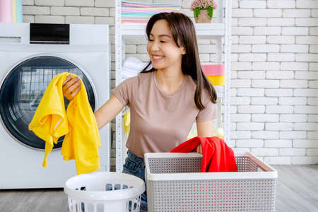 New maid Fighting with cleaning the house, washing clothes, mopping, sweeping the house, washing dishes, rearranging the room. 免版税图像 - 153532574