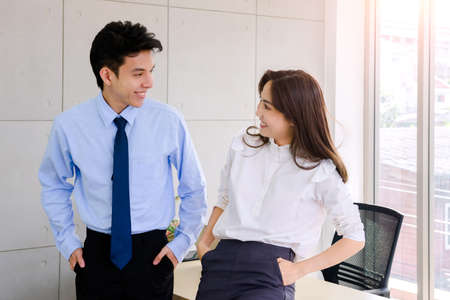 Concept corporate couple business people, handsome businessman Confident and employees Beautiful office woman Are present talking about a new financial company's project. professional teamwork. 免版税图像 - 153518115