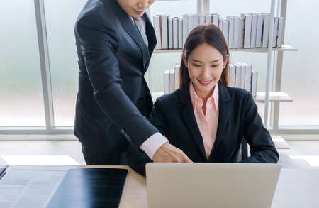 Concept corporate couple business people, handsome businessman Confident and employees Beautiful office woman Are present talking about a new financial company's project. professional teamwork. 免版税图像 - 153517196
