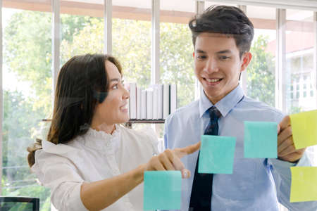 Concept corporate couple business people, handsome businessman Confident and employees Beautiful office woman Are present talking about a new financial company's project. professional teamwork. 免版税图像 - 153516694