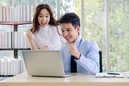 Concept corporate couple business people, handsome businessman Confident and employees Beautiful office woman Are present talking about a new financial company's project. professional teamwork. 免版税图像 - 154188597