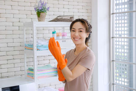 New maid Fighting with cleaning the house, washing clothes, mopping, sweeping the house, washing dishes, rearranging the room. 免版税图像 - 155943785