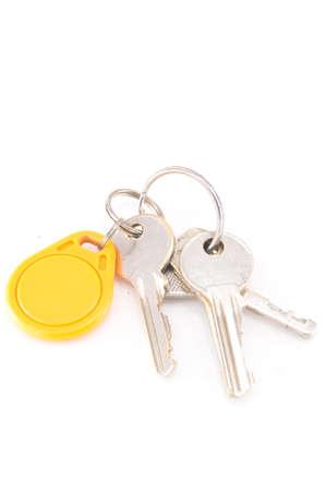 doorkey: Chiavi per porte e cerchio key card giallo isolato su sfondo bianco Archivio Fotografico