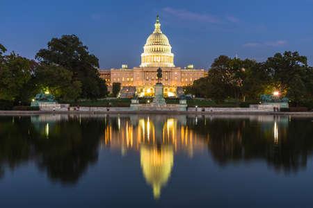 To zdjęcie zostało wykonane z budynku US Capital w Waszyngtonie, USA wieczorem po zachodzie słońca. Zdjęcie Seryjne