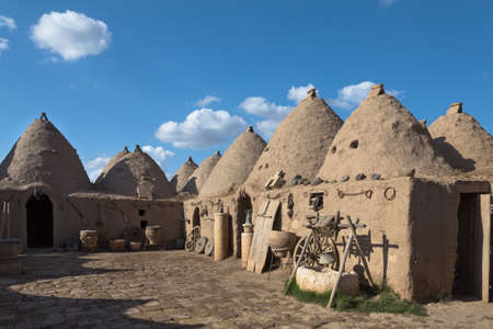 Harran, This photo was shot from Harran city in Turykey. The beehive house is the traditional house. Imagens - 42349429