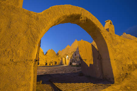 Harran, This photo was shot from Harran city in Turykey. The beehive house is the traditional house. Imagens - 42350445