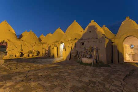 Harran, This photo was shot from Harran city in Turykey. The beehive house is the traditional house. Imagens - 42900574