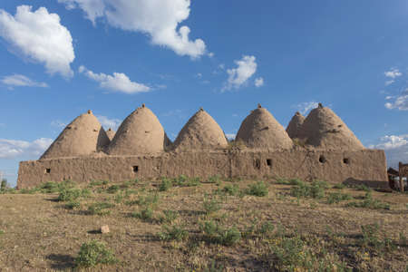 Harran, This photo was shot from Harran city in Turykey. The beehive house is the traditional house. Imagens - 42913445