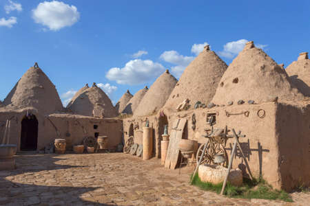 Harran, This photo was shot from Harran city in Turykey. The beehive house is the traditional house. Imagens - 42913453