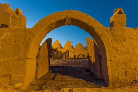 Harran, This photo was shot from Harran city in Turykey. The beehive house is the traditional house. Imagens - 42913778