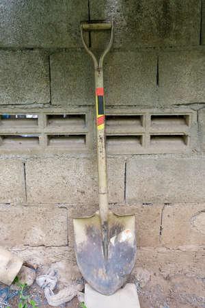 Old shovel against the wall. 版權商用圖片