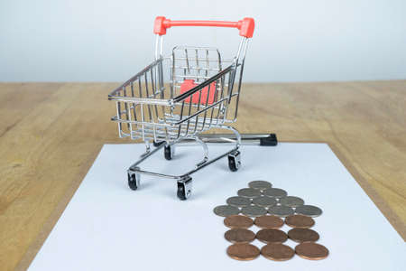 The money is placed as a house, Small cart on the contract 版權商用圖片