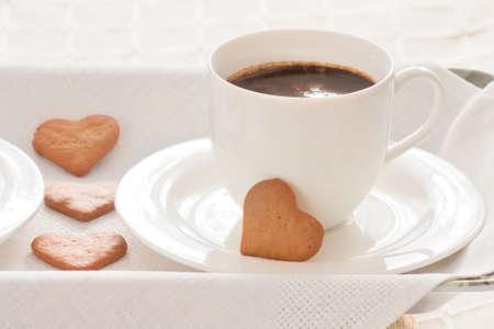 galletas de jengibre: Blanco taza de caf� y galletas de jengibre. Foto de archivo