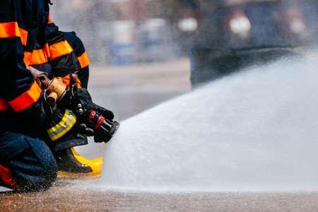 Feuerwehrleute kämpfen Feuer, Feuerwehrleute training Standard-Bild - 88939797
