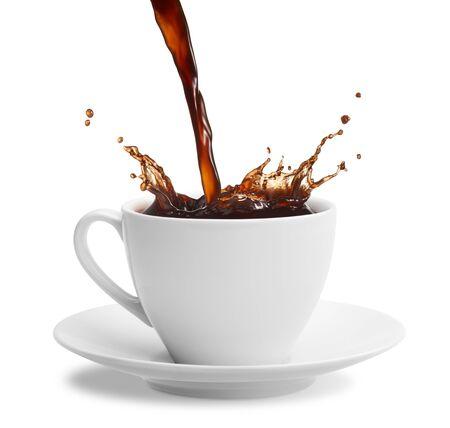 Taza de café en spray vertido sobre un fondo blanco. Foto de archivo