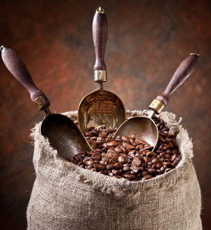 Coffee grains spatula bag brown background . Stok Fotoğraf