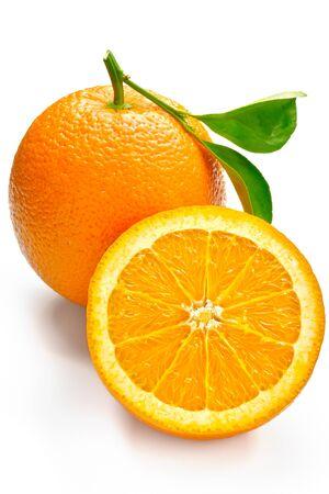 Fruta cítrica naranja cortada sobre un fondo blanco.