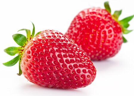 deux baies de fraise sur fond blanc.