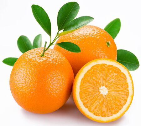 Arance frutta agrumi mezzo rametto foglie sfondo bianco. Archivio Fotografico