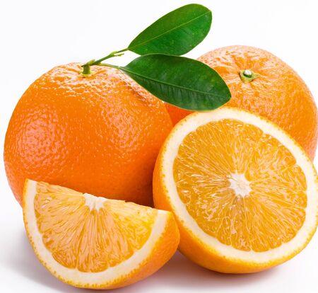 Naranjas rodajas de cítricos sobre un fondo blanco.