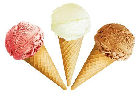 Cornes de boules de crème glacée gaufres sur fond blanc. Banque d'images