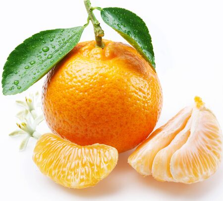 Tangerine citrus fruits with leaf wedges on a white background . Imagens - 131596591