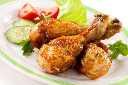 Chicken shin dinner dinner vegetables on a white background platter . Imagens - 131597871