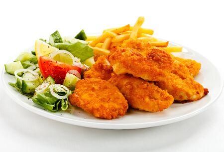 Nuggets filete de pollo patatas fritas verduras francesas hojas de limón.