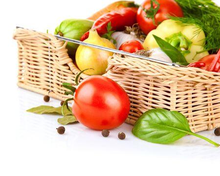 Groenten instellen een mand van paprika ui tomaten witte achtergrond. Stockfoto